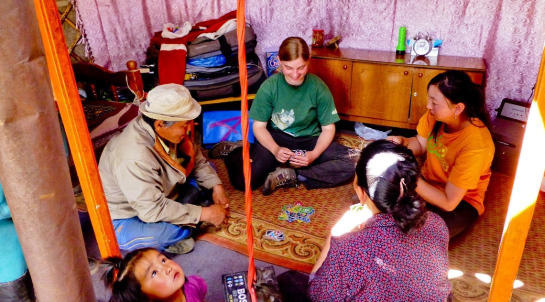 ホストファミリーと団欒を楽しむ遊牧民生活体験ボランティア
